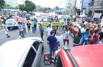 Manifestantes fecharam a avenida André Araújo