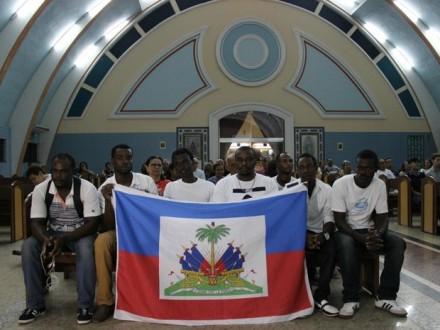 Haitianos, comemoram a reconstrução  da vida e homenageiam os mortos com missa em Manaus