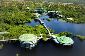 O luxuoso complexo hoteleiro, fica no meio da selva amazonica