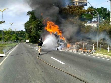 Caminhão-baú, pega fogo na Av.do Turismo