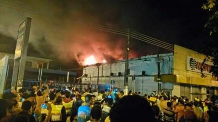 O incêndio chamou a atenção de curiosos na cidade