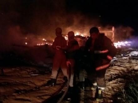 O fogo destruiu o estaleiro e tres embarcalçoes