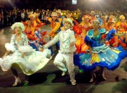 A Escola Andanças de Ciganos, fechará o desfile já ao amanhecer de domingo
