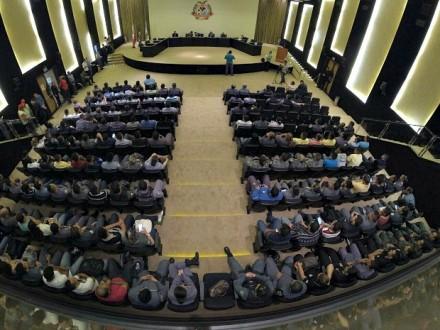 O plenário do TCE,AM, lotado por policias militaress