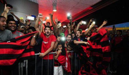 Em maior numero, o flmengusiast também rceberaam o Flamengo com alegria e festa no aeroporto