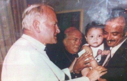 Na sua histórica visita a Manaus, o saudoso papa João Paulo II, conversa com o proprietário do restaurante