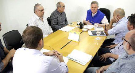 O prefeito Arthur \neto, em reunião com a ACA