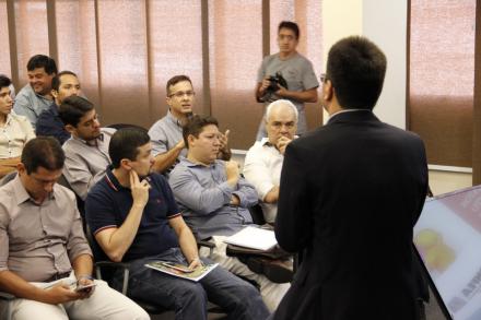 Na sede do Crea-AM, o pré-candidato a prefeito Marco Antonio Chico Preto (de óculos) disse que é preciso o aprimoramento do modelo atual da Faixa Azul
