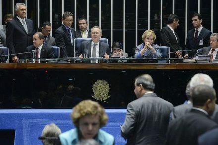 Por 74 votos a favor e nehum contra, o Senado cassa o mandado do ex-líder do Governo,, Delcidio Amaral
