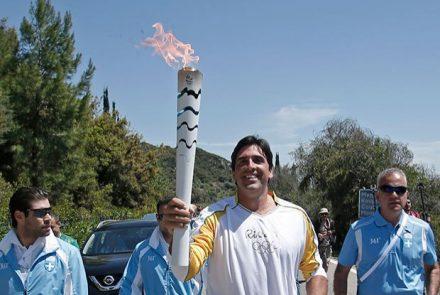 O brasileiro Giovani, ex-jogador de Velei, com a toccha na Grécia