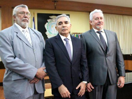 Ainda foran eleitos, os desemabrgdores Altair Thury, corregdor, e Jorge Lins, pare vice-presidente , ao centro o presidente eleito Flávio Pqscareli