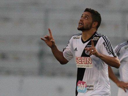 Jogador da Ponte Preta, comemora o gol