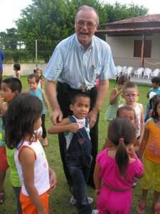 O líder católico, com as crianças