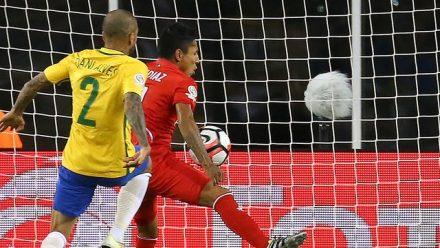 Um gol irregular com a mão garantiu vaga ao time peruano