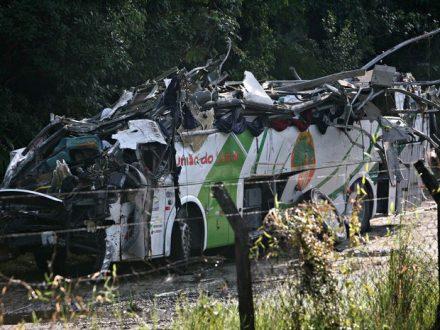 Ônibus capota na rodovia Mogi/Bertioga e deixa mortos e feridos