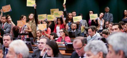 Comissão aprova parecer para a cassação do mandato de Cunha