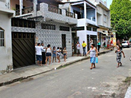 O assassinato ocorreu num beco que fica nesta rua e revoltou os moradores