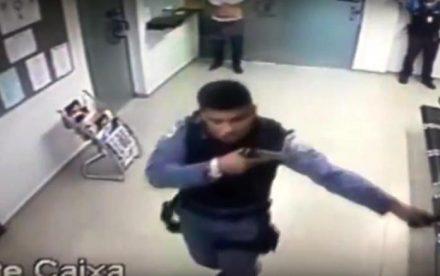 No assalta, homem vestido de policial, toca tiros com a políia