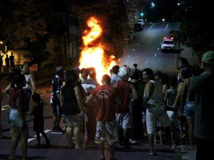 A manifestação teve até fogo na rua