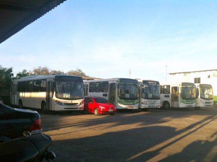 Grande parte dos ônibus que deveriam estar nas ruas, parados nas garagens