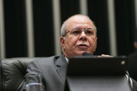 O deputado Hildo Rocha (PMDB-MA) lê parecer do Conselho de Ética que recomenda a cassação de Cunha