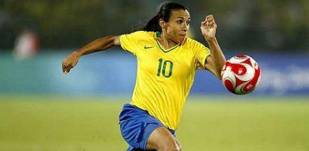 A craque \marta, devera comandar as meninas braileiras, no Maracanã, contra as suecas