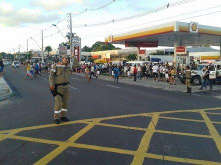 Cerca de 30 agentes do Manaustrans estão no local orientando o trânsito